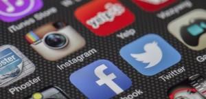 Smatphone screen twitter instagram facebook apps