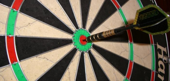 Darts board and arrow